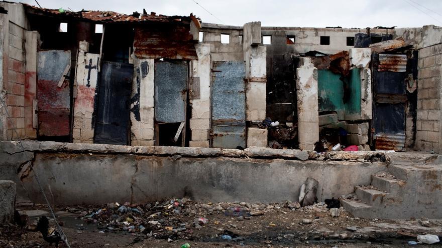 5 de marzo de 2010. Letrinas públicas en Cite Soleil, uno de los suburbios de Puerto Príncipe. Los problemas de saneamiento han supuesto un reto en un país que ya contaba con graves carencias en este ámbito. Fotografía: Michael Goldfarb/MSF