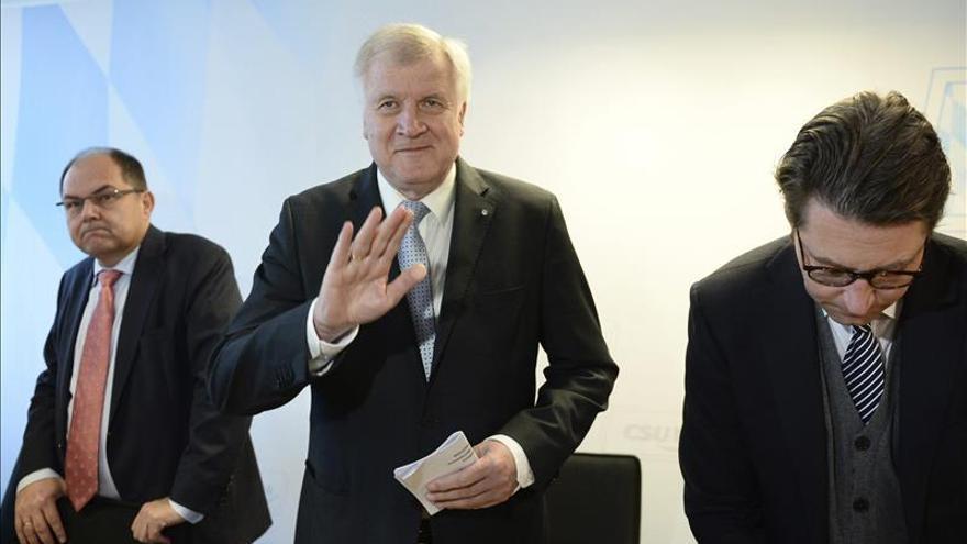 Horst Seehofer, presidente bávaro, en el centro