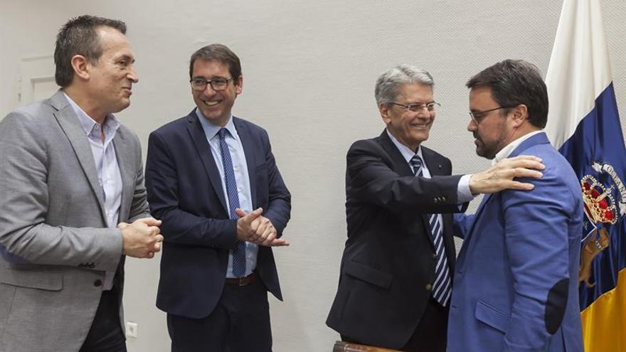 El exsecretario de Justicia Julio Pérez Hernández (2-d) conversa con los diputados Asier Antona (d), del PP; Iñaki Lavandera (2-i), del PSOE, y José Miguel Ruano, de CC