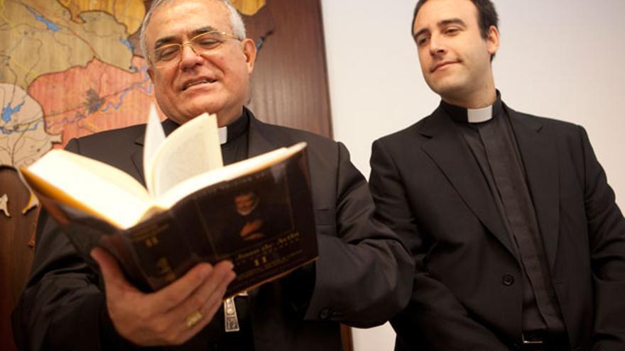 El obispo de Córdoba, Demetrio Fernández, a la izquierda.   MADERO CUBERO