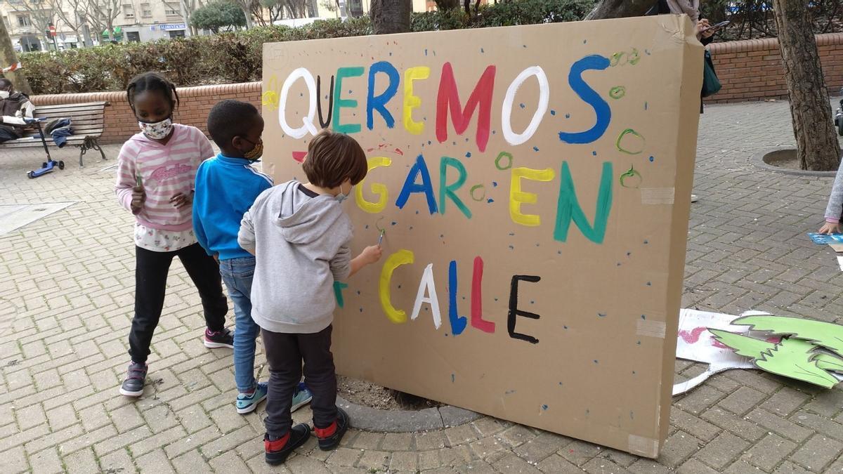 Alumnos del colegio Menéndez Pelayo preparando su pancarta