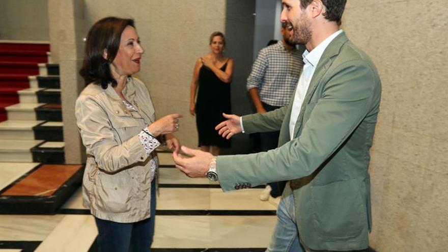 La ministra de Defensa, Margarita Robles, junto al presidente del PP, Pablo Casado.