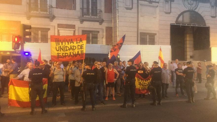 Grupo reducido de personas con banderas de Falange en la concentración en Sol. / Fátima Caballero