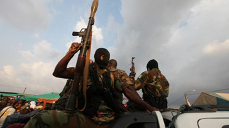 Un soldado de Costa de Marfil durante una manifestación