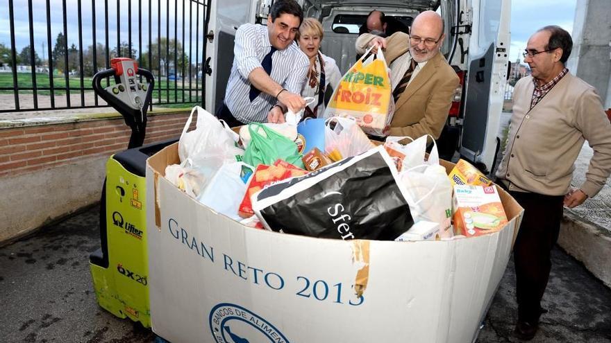 Echániz en la recogida de alimentos '14 / Foto: SESCAM