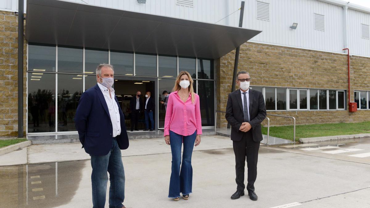 Directivos de Visuar, fabricante de heladeras Samsung en Cañuelas, y el secretario de Industria, Ariel Schale (a la derecha).