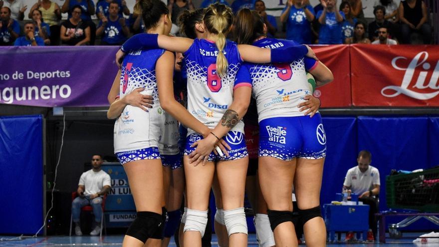 Las jugadoras de la escuadra blanquiazul celebran el triunfo sobre la cancha