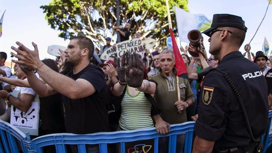 Unas quinientas personas se han manifestado hoy contra las prospecciones petrolíferas en Canarias y han recibido con insultos al ministro de Industria, Energía y Turismo, José Manuel Soria, en Telde