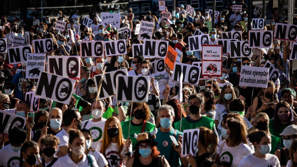 Miles de personas se manifiestan ante la plaza de toros de Las Ventas para exigir la abolición de la tauromaquia
