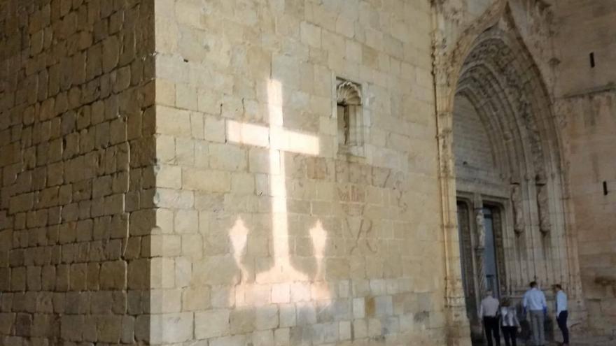 Proyección de la cruz franquista en la Iglesia de Callosa de Segura
