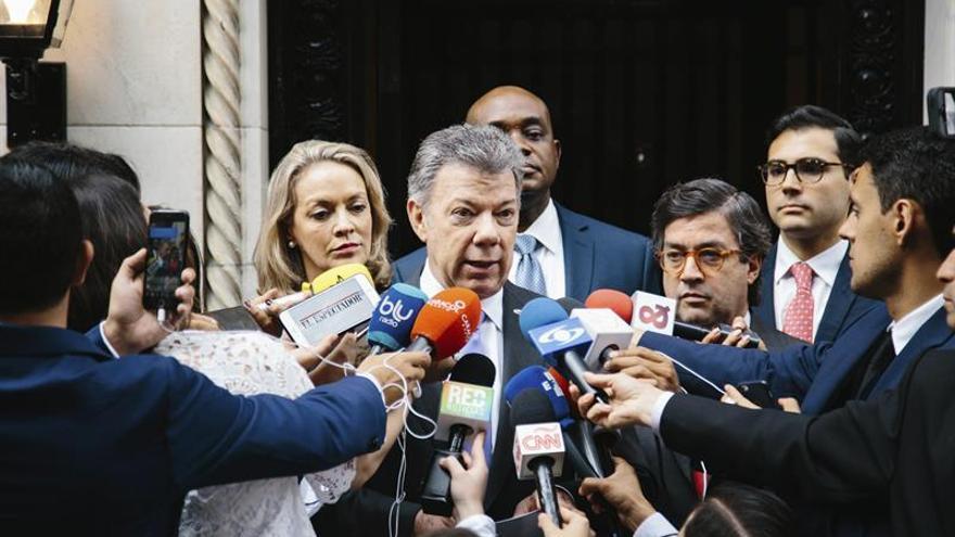 """Santos dice que el mundo entero ve a Colombia """"en la dirección correcta"""""""