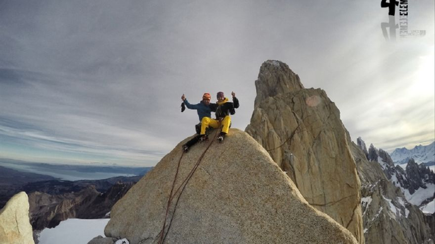 En la cima cima de la Aguja Guillaumet (© Hermanos Pou).