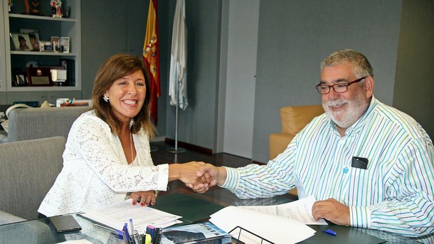 La conselleira Beatriz Mato, en la firma del acuerdo con el presidente de la Federación Galega de Caza