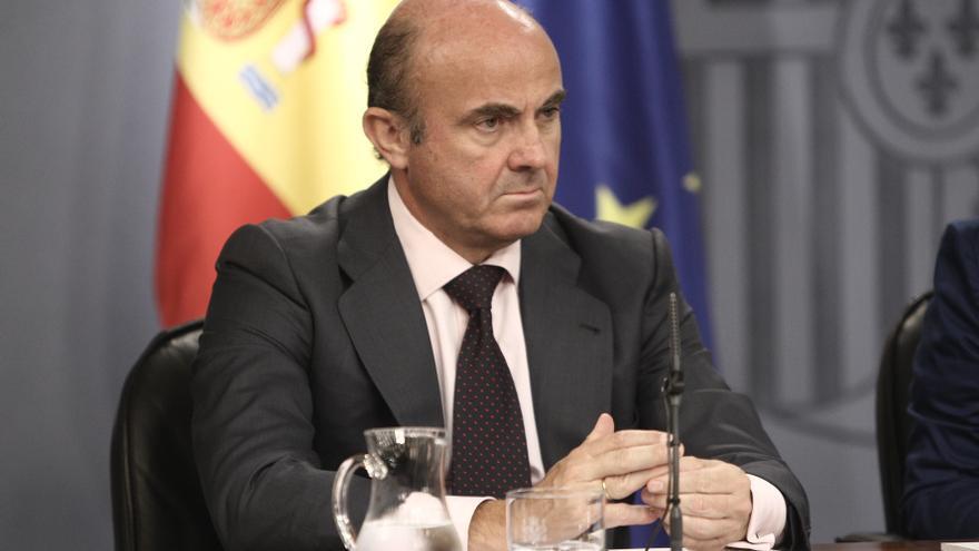 De Guindos dice que estudia el despido de Magdalena Álvarez del BEI