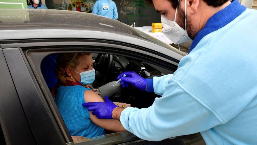 Una mujer recibe una vacuna en el Palacio de los Juegos Mediterráneos de Almería.