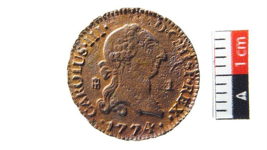 Moneda hallada en la Iglesia de la Concepción en Santa Cruz de Tenerife. Se trata de un maravedí de Carlos III en una emisión especial realizada para Canarias en 1774