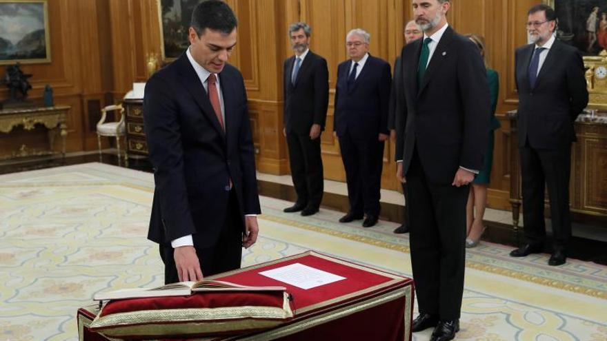 Sánchez promete su cargo ante el Rey sin Biblia y sin crucifijo