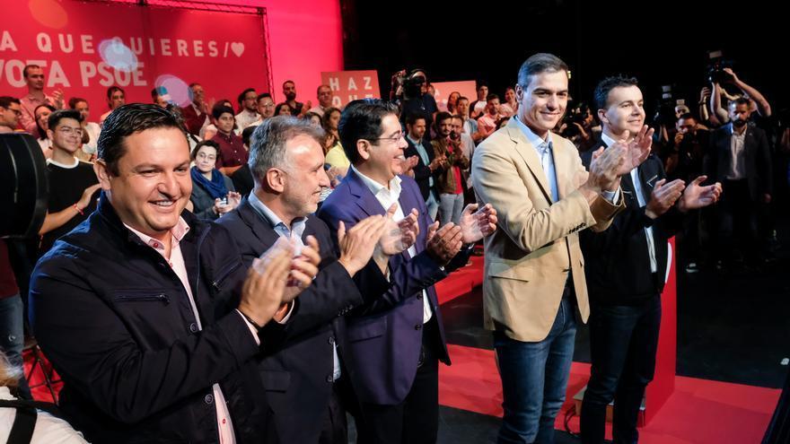 Pedro Sánchez, con los principales candidatos del PSOE en Tenerife, en el mitin de este sábado en Arona