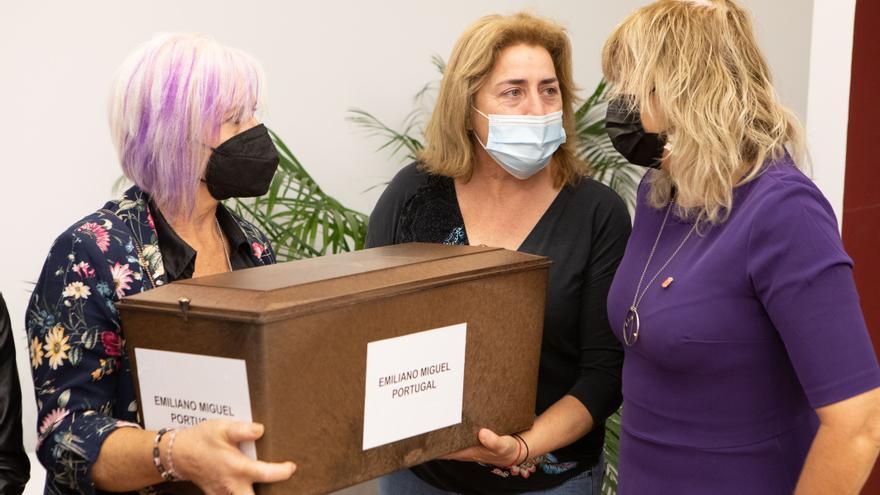 La consejera Ana Ollo hace entrega de los restos de Emiliano Miguel Portugal a sus familiares