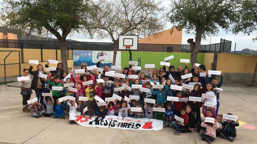 Los alumnos del Colegio Rural Agrupado (CRA) Benavites Quart de Les Valls muestran los carteles de la campaña