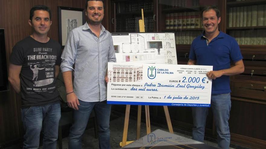 En la imagen, el consejero insular de Juventud (derecha) con el ganador del concurso (centro),  acompañados de Onan Cruz, presidente de la Demarcación en La Palma del Colegio Oficial de Arquitecto de Canarias, entidad que colaboró en el concurso.