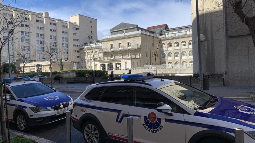 Dos patrullas de la Ertzaintza, al lado del hospital vitoriano de Santiago, este lunes