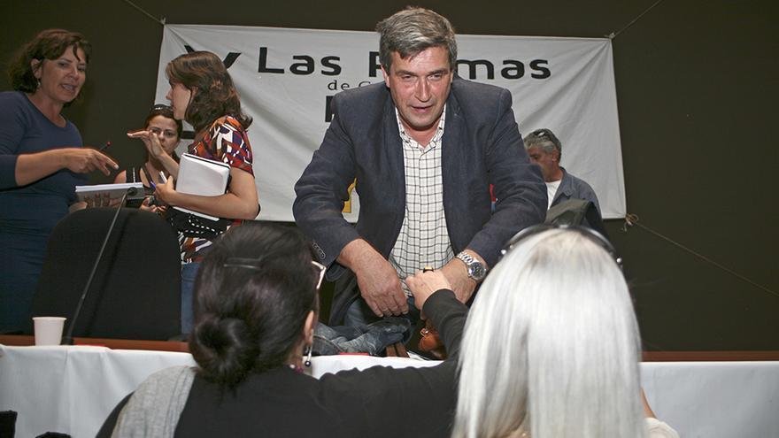 Javier Doreste, concejal electo de LPGC Puede habla con los asistentes a la asamblea. (ALEJANDRO RAMOS)