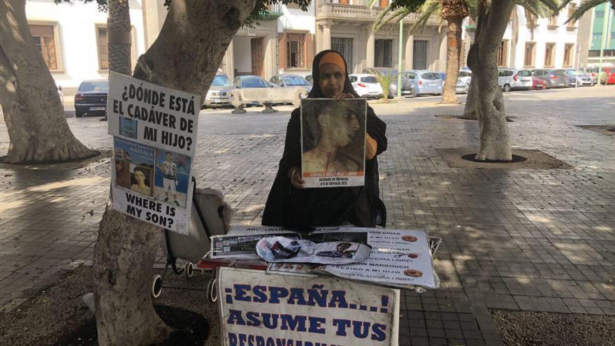 La saharaui Takbar Haddi, frente a la Delegación del Gobierno en Las Palmas de Gran Canaria.