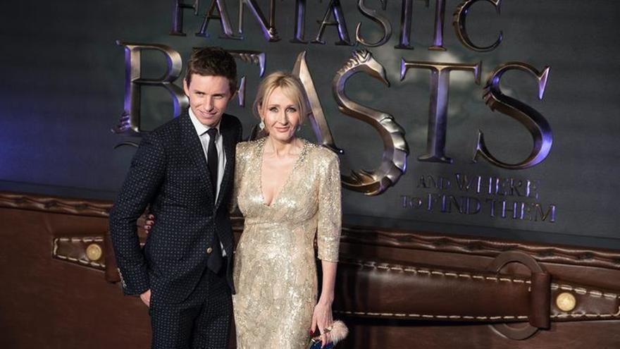 """El debut de J.K. Rowling como guionista está lleno de magia y """"corazón"""""""