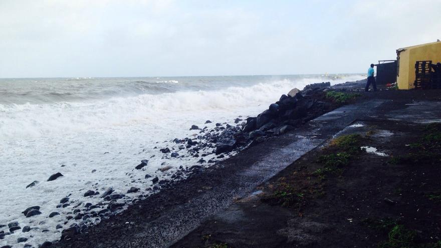 En la imagen, litoral de Maldonado castigado por el oleaje. Foto: CARLOS ACIEGO