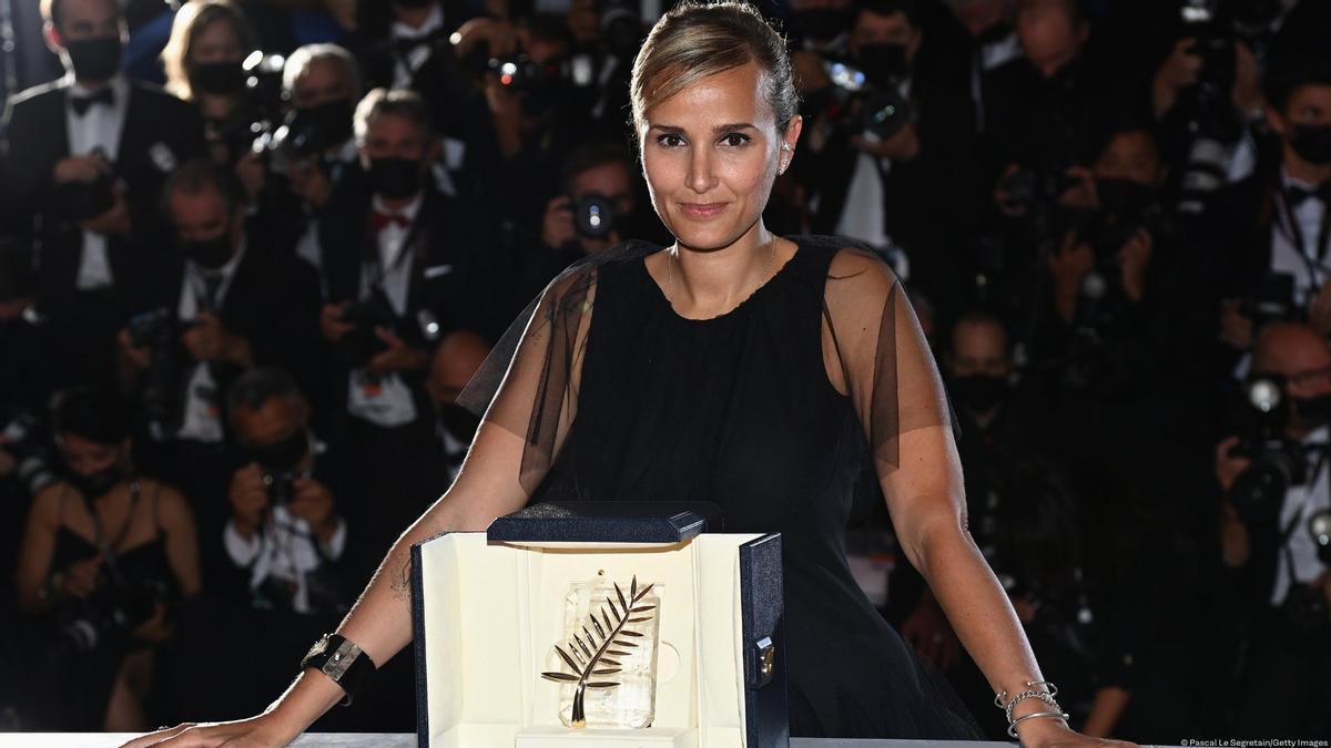 La francesa Julia Ducournau con la Palma de Oro