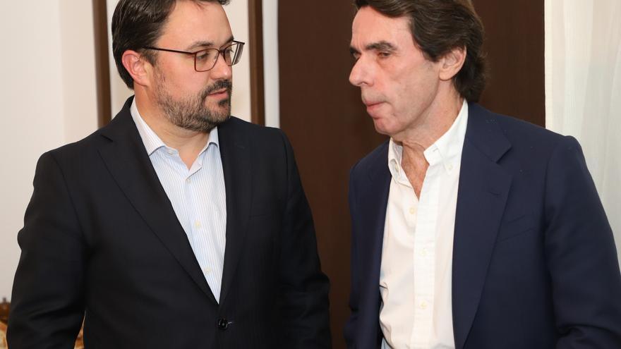 El candidato del PP a la Presidencia del Gobierno de Canarias, Asier Antona, y el expresidente del Gobierno de España, José María Aznar.
