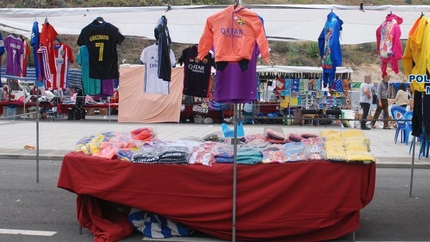 Detenidas seis personas por vender prendas deportivas falsificadas en el  mercadillo de Jinámar b31a5ccd97337