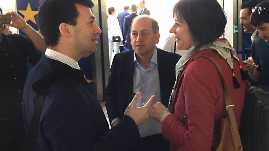 Gonzalo Caballero (PSdeG) y Ana Pontón (BNG) conversan ante Xoaquín Fernández Leiceaga (PSdeG tras encontrarse en la sede de la Comisión Europea en junio de 2018