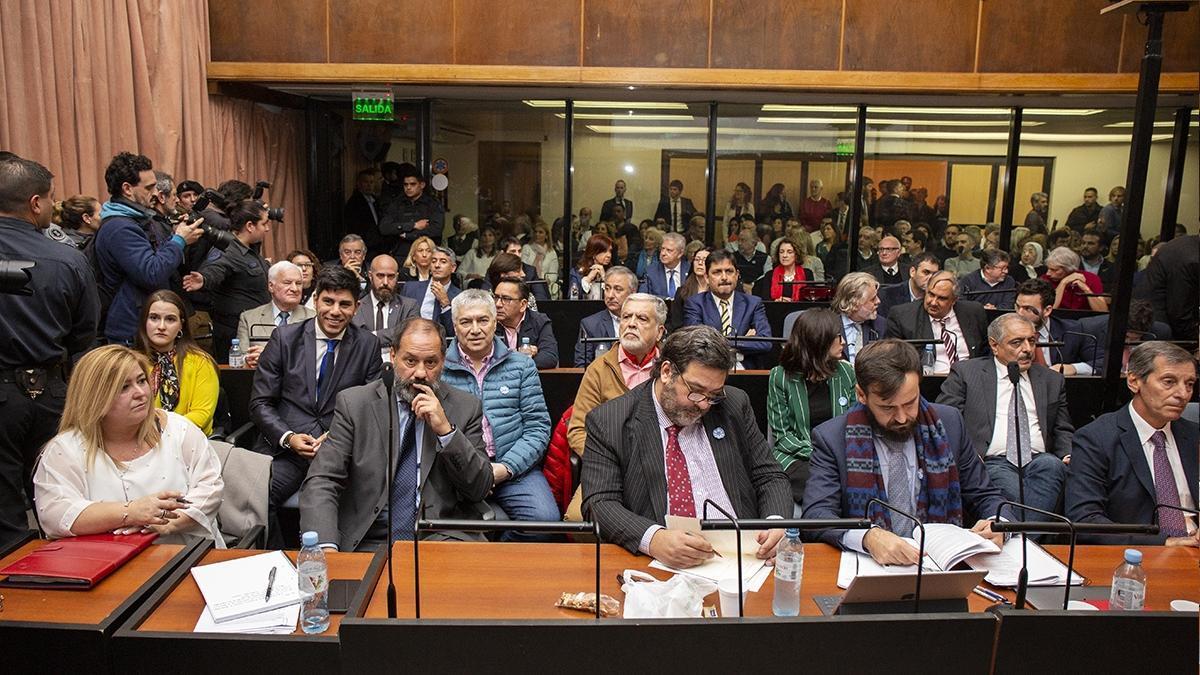 El debate oral y público tiene audiencias los lunes y martes vía zoom. En la foto, los imputados y sus defensas, durante la primera audiencia.