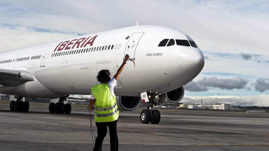 Coordinador de vuelo da el ok al comandante del avión para el despegue. / Foto: Iberia.