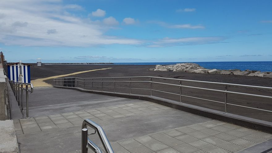En la imagen, acceso a la playa de la capital palmera situado frente a la Calle Apurón. Foto: LUZ RODRÍGUEZ.