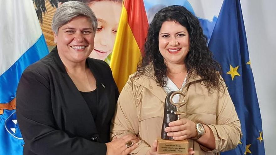 Noelia García Leal, alcaldesa de Los Llanos de Aridane, y Estíbaliz Díaz González, coordinadora de proyecto de Igualdad CEIP La Laguna.