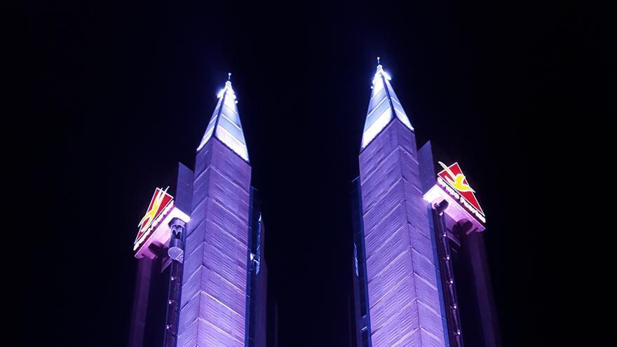 Las torres de Atalayas, en Murcia, adquiridas por el Grupo Fuertes, emiten un potente haz de luz hacia el cielo nocturno