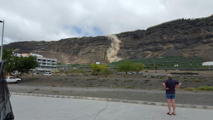 En la imagen se observa uno de los desprendimientos, registado este jueves, en el risco de Puerto Naos.