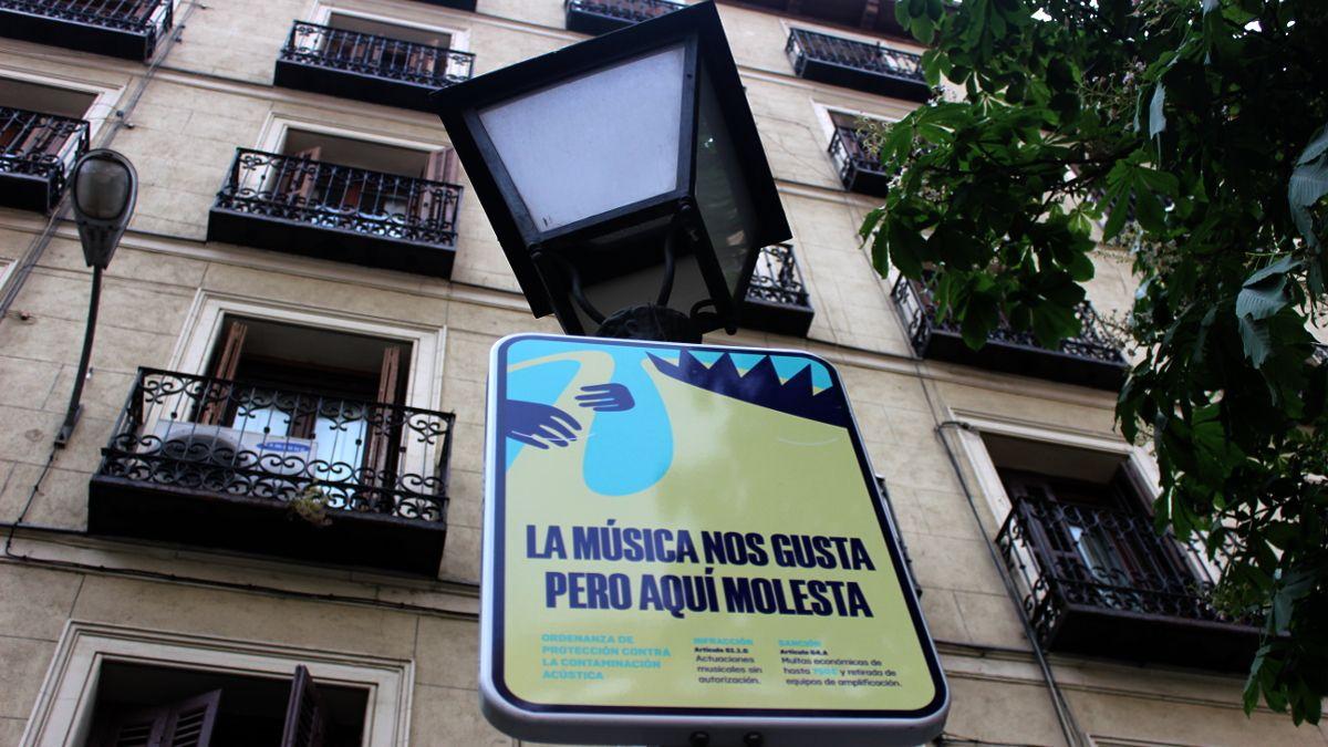 Nueva señalética contra la música callejera en la Plaza de Chueca | SOMOS CHUECA