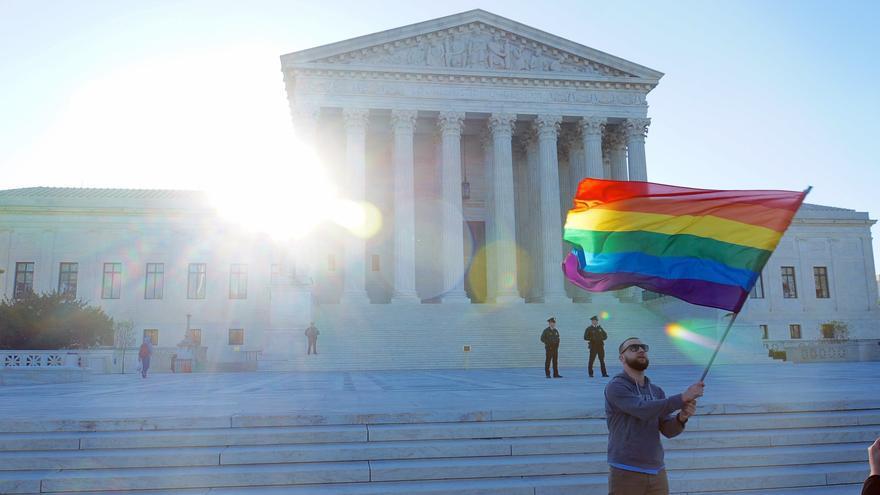 Se alza la bandera del arcoíris frente a la sede de la Corte Suprema en Washington, DC en abril 2015.