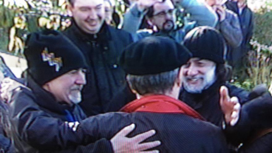 José Ángel Biguri sale de la prisión de Martutene y le reciben familiares y el exrecluso Turrientes Ramírez