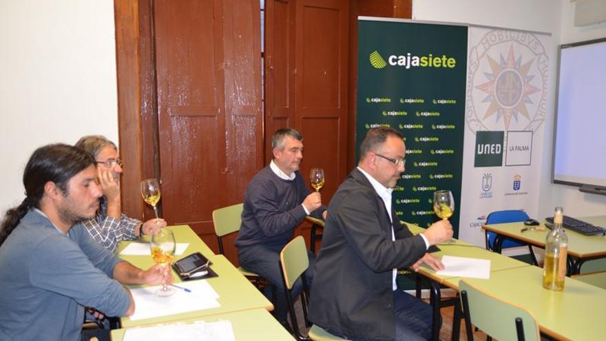 En la imagen, un momento de la ponencia sobre el vino malvasía  impartida en el Centro Asociado de la UNED de La Palma dentro el curso 'Calidad Agroalimentaria, quesos y vinos' .