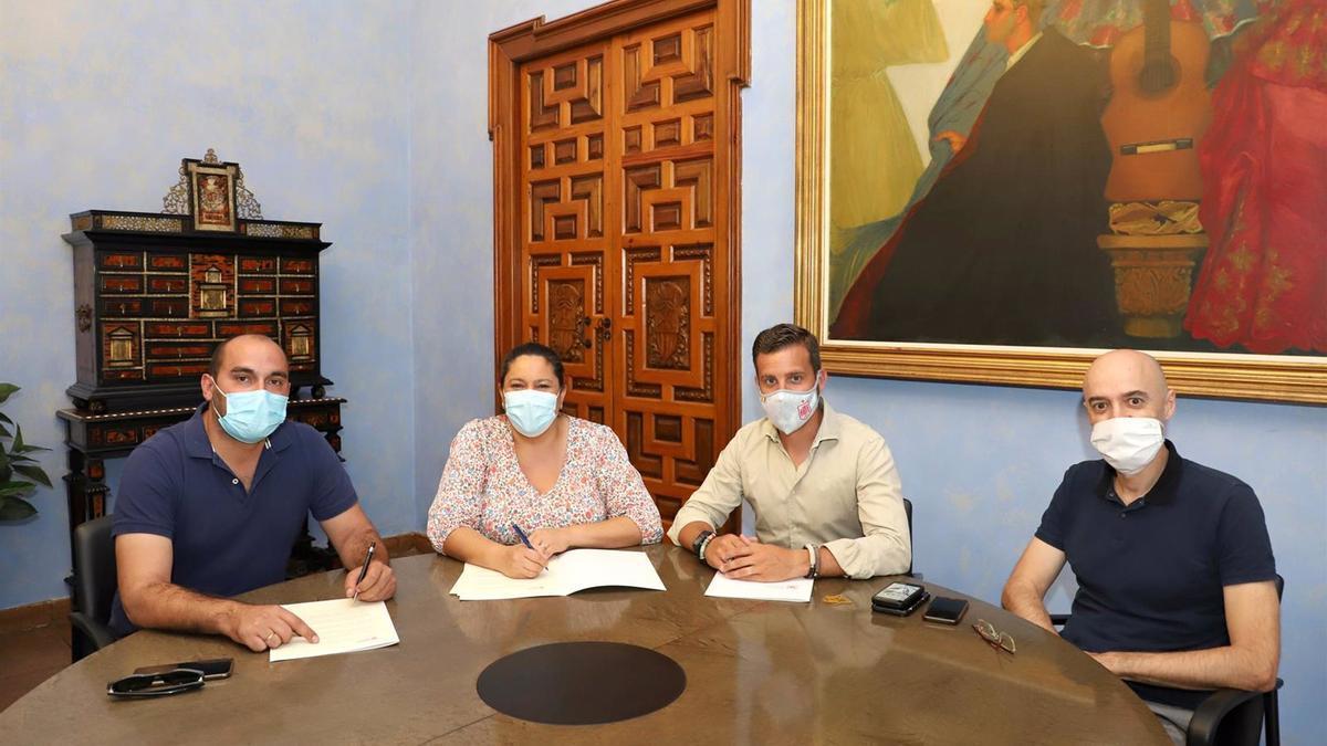 Foto de archivo de una firma de un convenio de Iprodeco con Castro del Río.