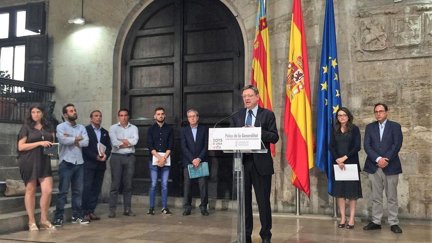 El president Ximo Puig junto a la vicepresidenta Mónica Oltra, el conseller Vicent Soler, el representante valenciano en la comisión de expertos para la reforma del sistema de financiación autonómica, Francisco Pérez, y los representantes de los grupos en Corts