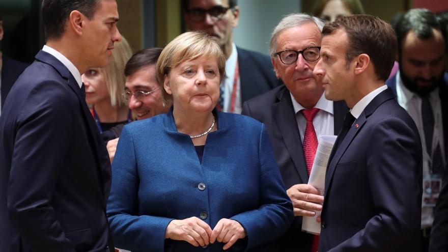 """El presidente de gobierno español, Pedro Sánchez (i), conversa con la canciller alemana, Angela Merkel (c), y el presidente francés, Emmanuel Macron (d), durante una cumbre del Consejo Europeo en Bruselas, Bélgica, el 17 de octubre del 2018. Los líderes de los veintisiete países que permanecerán en la Unión Europea (UE) tras la marcha británica se reúnen para decidir los próximos pasos en la negociación del """"brexit"""", después de que el presidente del Consejo Europeo dijera este lunes que acabar sin un acuerdo es ahora """"más probable que nunca""""."""