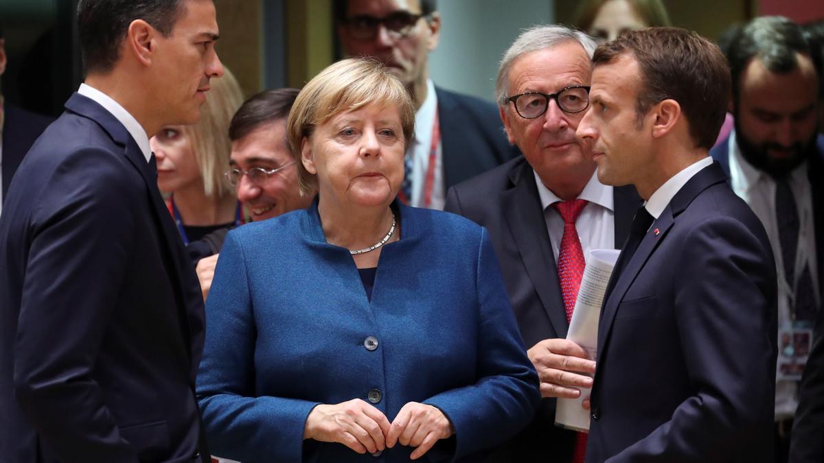 El presidente de gobierno español, Pedro Sánchez (i), conversa con la canciller alemana, Angela Merkel (c), y el presidente francés, Emmanuel Macron (d), en una imagen de archivo