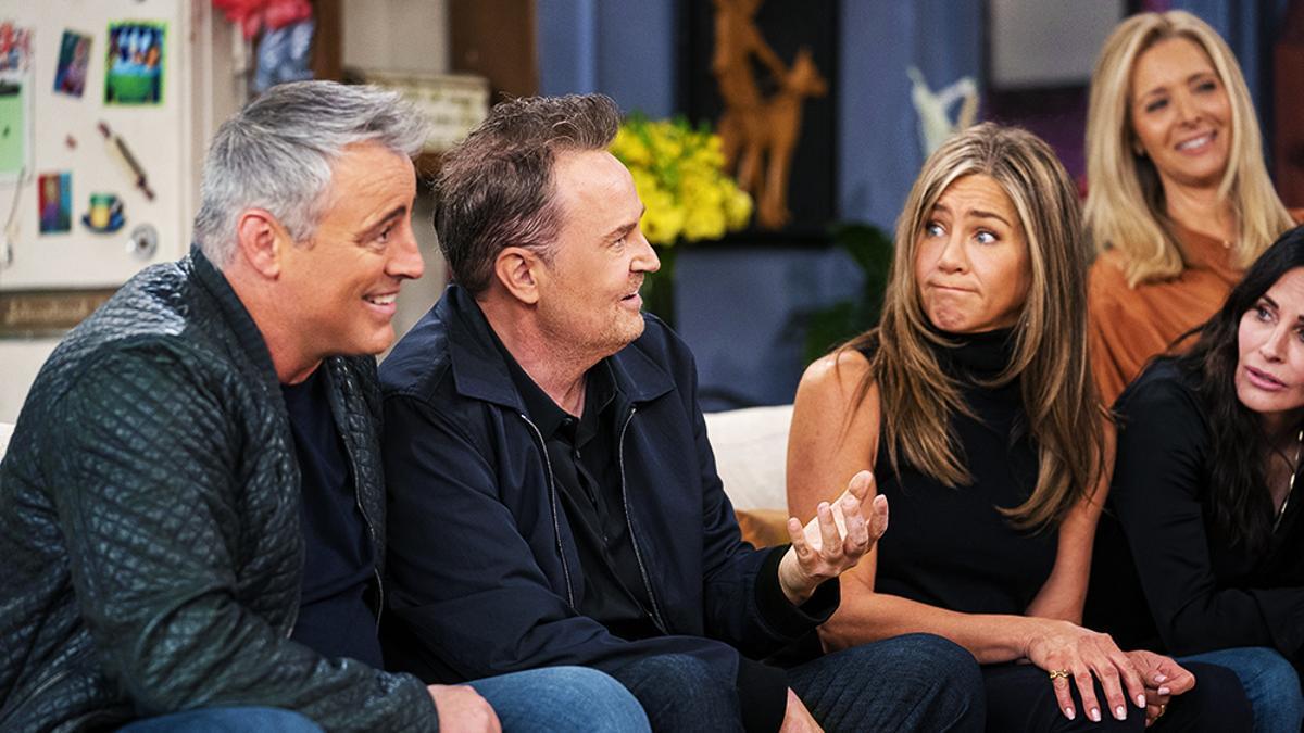 Matt Leblanc y Matthew Perry en primer plano, en 'Friends: The Reunion'.jpg