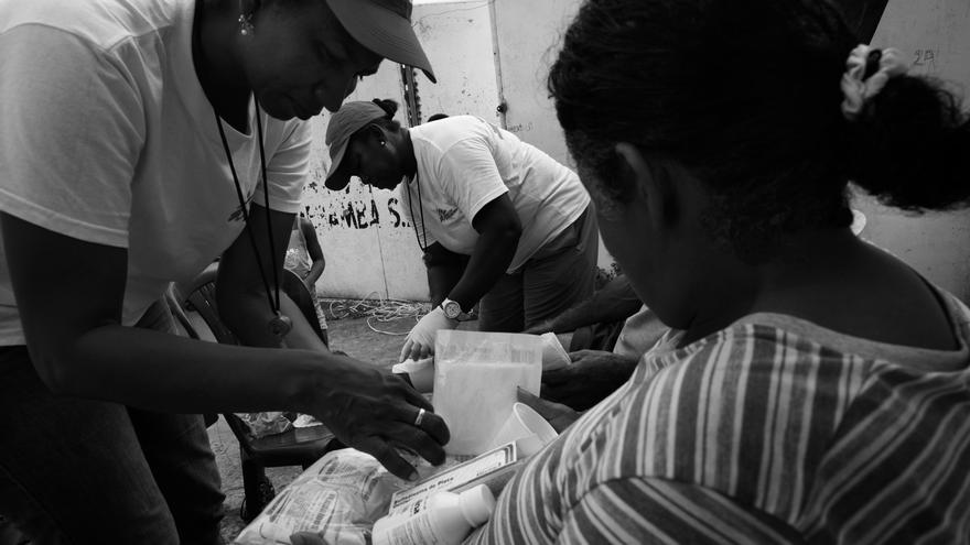 Madelen Hernández y María Salazar, promotoras comunitarias de Médicos Sin Fronteras (MSF), brindan atención médica básica a los vecinos de uno de los barrios más afectados de Pedernales. Fotografía: Albert Masias/MSF
